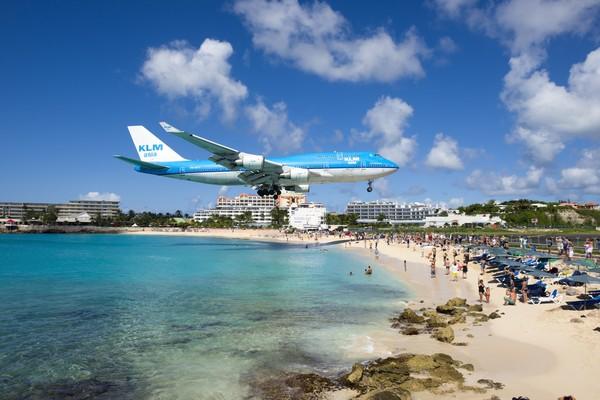 Pantai Maho di St Marteen, Karibia menawarkan atraksi yang tak biasa untuk turis. (iStock)