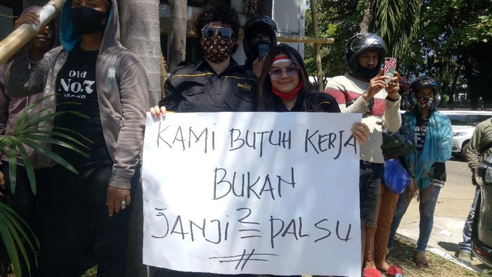 Pekerja hiburan malam di Makassar demo minta tempat kerja dibuka (Foto: Ibnu Munsir/detikcom)