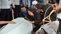 Tangis Ibunda Pecah Saat Pemakaman Staf KPU Yahukimo yang Tewas Dibunuh