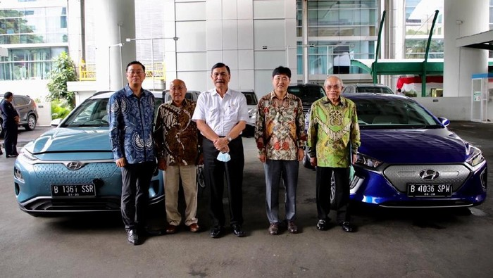 Presiden Hyundai Motor Asia Pacific Lee Young Tack sambangi kantor Luhut Binsar Pandjaitan. Lee juga bawa mobil listrik yang dipamerkan kepada sang menteri.