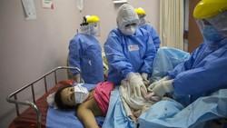 Proses persalinan di tengah pandemi COVID-19 dilakukan dengan terapkan protokol kesehatan. Penanganan khusus diberikan bagi pasien COVID-19 yang akan melahirkan