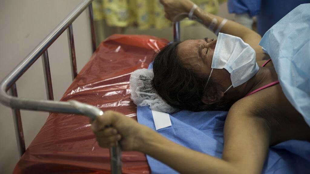Potret Persalinan Pasien COVID-19 yang Bikin Haru di Peru