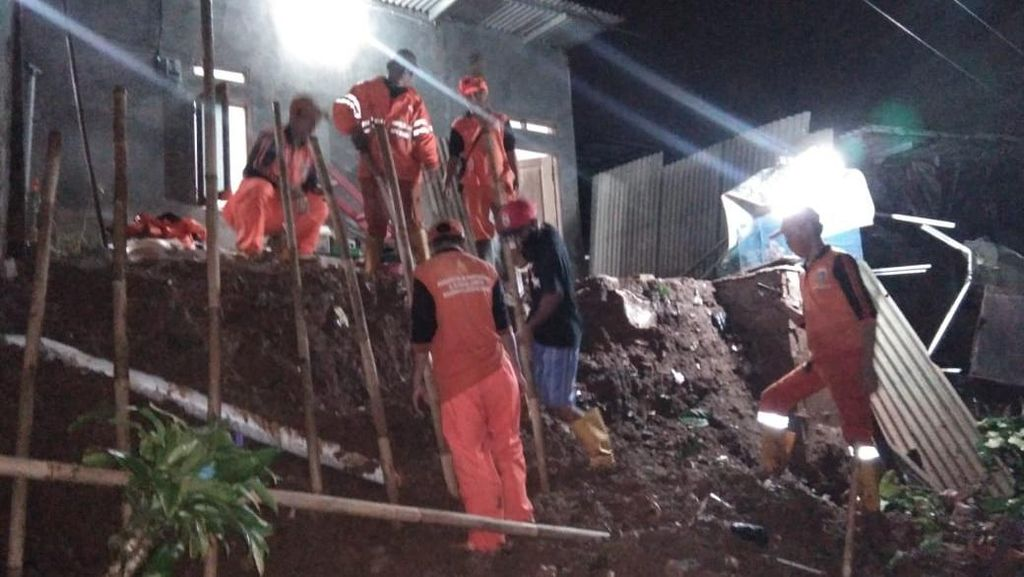 1 Rumah di Lenteng Agung Jaksel Terbawa Longsor Akibat Hujan Deras