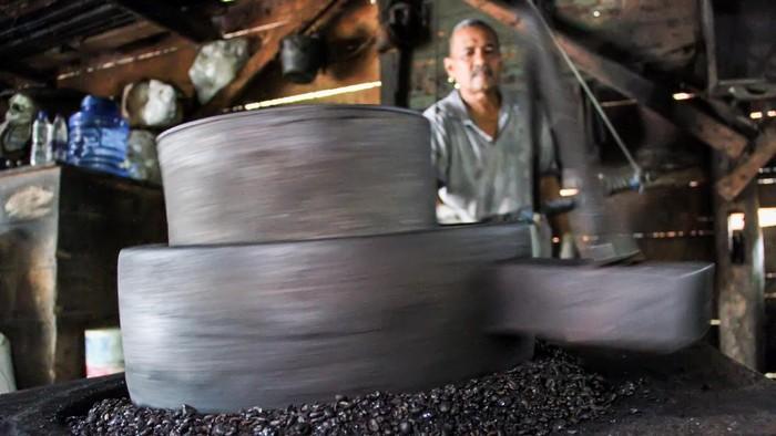 Pekerja Usaha Kecil Menengah (UKM) mendinginkan biji kopi robusta usai disangrai di tempat produksi bubuk kopi tradisional Desa Kandang, Lhokseumawe, Aceh, Rabu (12/8/2020). Kementerian Koperasi dan UKM menggandeng Lembaga Kebijakan Pengadaan Barang/Jasa Pemerintah (LKPP), mendorong produk khusus UKM, termasuk kopi masuk ke dalam daftar e-katalog pengadaan belanja barang/jasa untuk mempermudah penyerapan hasil produksi kopi di tanah air. ANTARA FOTO/Rahmad/foc.