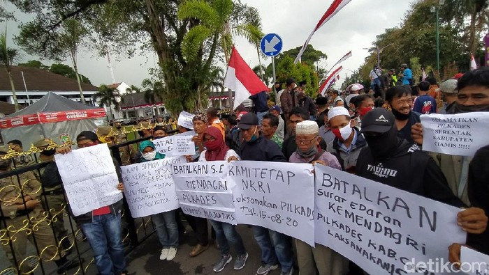 Sejumlah calon kepala desa dan panitia menggelar aksi demo meminta Pilkades tetap digelar.