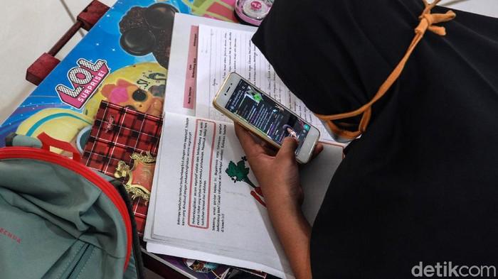 Siswa sekolah dasar dan menengah belajar daring di Masjid Al Ikhlas, Jl Kucica, Sektor 9, Bintaro, Tangerang Selatan, Kamis (13/8/2020). Belajar online di masjid dilakukan karena pengurus masjid memberikan fasilitas WiFi gratis untuk belajar.