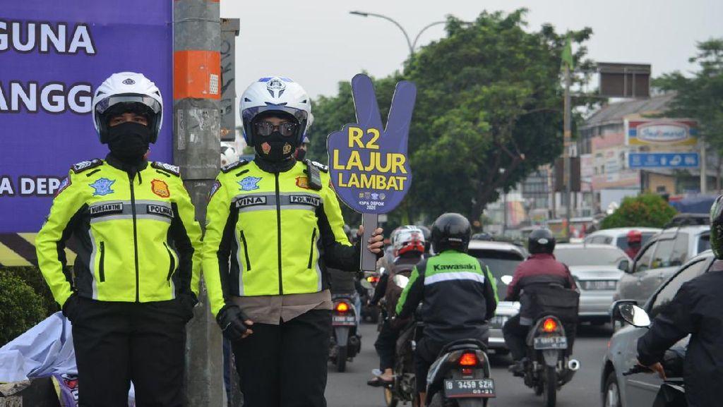 Polisi-Dishub Depok Sosialisasi Kanalisasi Sambil Bagikan Masker di Margonda