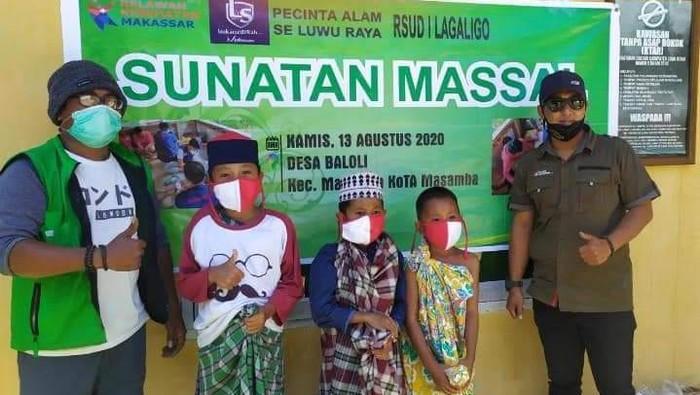 Sunatan massal bagi bocah korban banjir Masamba (dok. istimewa)