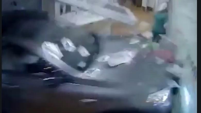 SUV Tabrak Rumah sakit