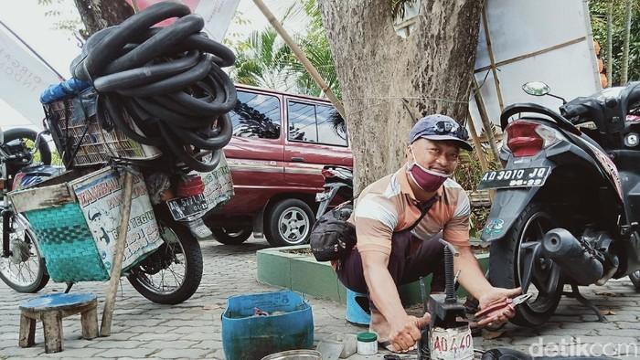 Tukang tambal ban online Teguh Prayitno tetap bekerja meski pandemi COVID-19 sepi pelanggan