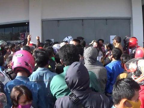 Warga Mamasa berdesakan di jalaman bank untuk urus persyaratan bantuan Rp 600 ribu