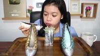 Intip Aksi Unik YouTuber Mukbang Sepatu hingga Batu