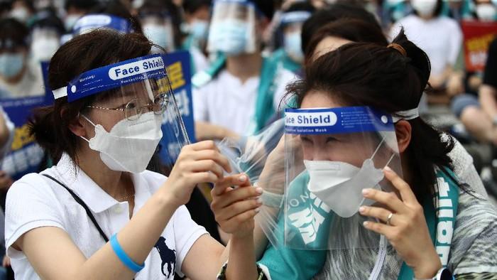 Para dokter di Korea Selatan (Korsel) melakukan aksi mogok kerja selama sehari penuh untuk memprotes rencana pemerintah soal pelatihan lebih banyak dokter-dokter baru.