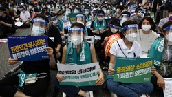 Para dokter di Korea Selatan melakukan aksi mogok kerja selama sehari penuh untuk memprotes rencana pemerintah soal pelatihan lebih banyak dokter-dokter baru.