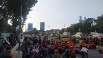 Massa Buruh Padati Jalan Gatsu, Kendaraan Hanya Bisa Melintas di Busway