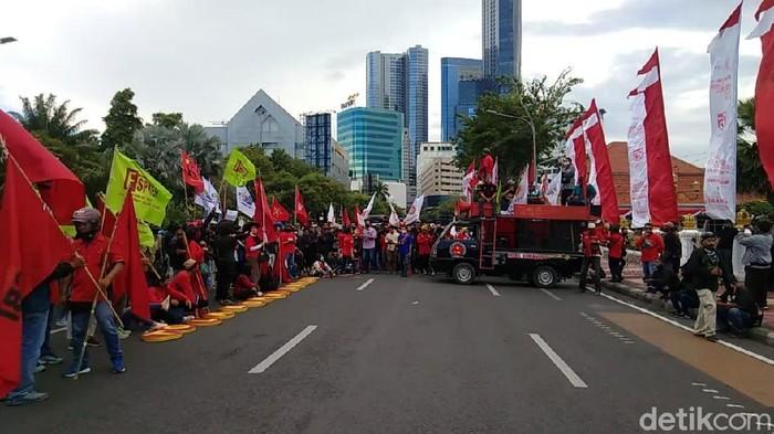 demo buruh tolak omnibus law