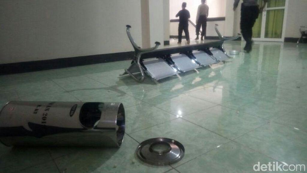 Demo Ricuh, Massa Lempari Kantor DPRD Dompu-Palu Sidang Dipatahkan