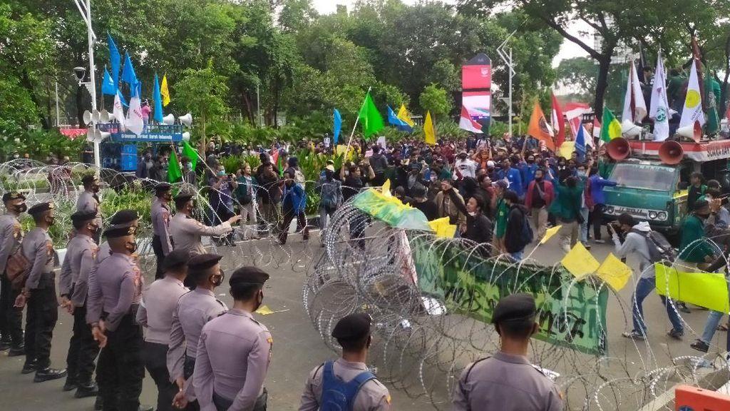 Massa Demo Mahasiswa di Jalan Gerbang Pemuda Paksa Terobos Pagar Kawat