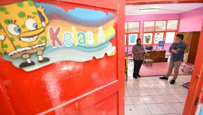 Corporate Secretary PT Bank Tabungan Negara (Persero) Tbk. Ari Kurniaman (kiri) bersama Kepala Bagian Umum Sekertaris Direktorat Jenderal Perbendaharaan Kementerian Keuangan Yuni Wibawa melukis tembok Paud Kuncup Kencana di Jakarta, Jumat (14/8). Dalam rangka mendukung inklusi keuangan, Bank BTN melakukan berbagai kegiatan untuk pelaksanaan dan pengenalan menabung sejak dini di Paud tersebut. Selain itu, Bank BTN juga merenovasi Paud Kuncup Kencana untuk membuat proses belajar mengajar kian menyenangkan.