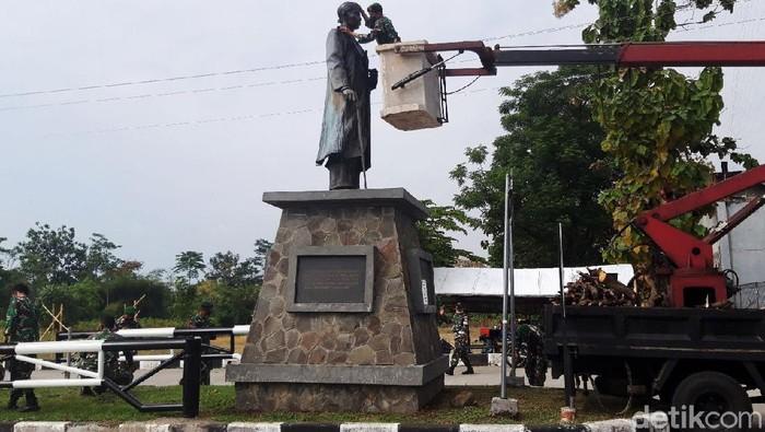 Anggota Kodim 0724/Boyolali membersihkan tiga patung pahlawan nasional yang ada di komplek perkantoran terpadu Pemkab Boyolali, Jumat (14/8/2020). Selain itu juga Taman Makam Pahlawan dan pembagian masker kepada masyarakat. Kegiatan tersebut dalam rangka memperingati HUT ke-75 Kemerdekaan Republik Indonesia.