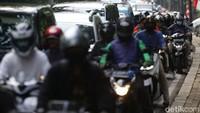 Kritik Pajak Mobil 0%, DPR: Mending Gratiskan Pajak Motor dan SIM