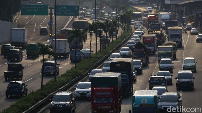 Jelang libur panjang, kemacetan langsung terjadi di sejumlah jalan ibu kota. Kepadatan kendaraan membuat lalin menjadi macet.