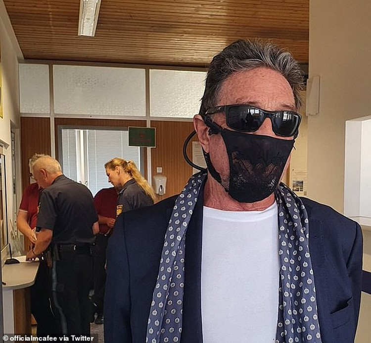 John McAfee menggunakan masker dari celana dalam wanita.