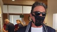 Foto Miliarder John McAfee & Orang-orang yang Pakai Masker Kain Underwear