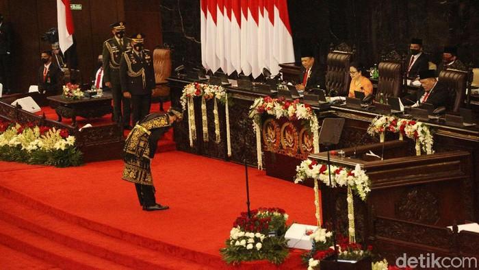 Presiden Joko Widodo membungkukkan badan untuk memberi hormat kepada pimpinan dan anggota dewan di Sidang Tahunan MPR, Jumat (14/8/2020).