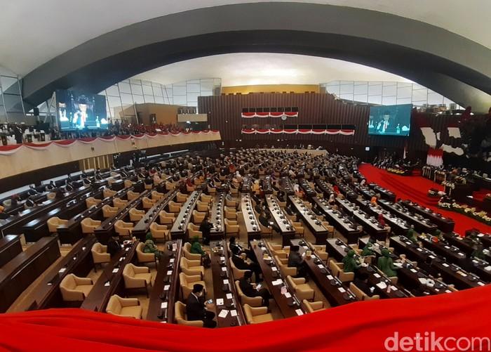 Presiden Joko Widodo (Jokowi) tiba di kompleks parlemen, Jakarta, untuk mengikuti sidang tahunan MPR-DPR, Jumat (14/8/2020). Jokowi mengenakan pakaian adat NTT, baju adat Sabu.