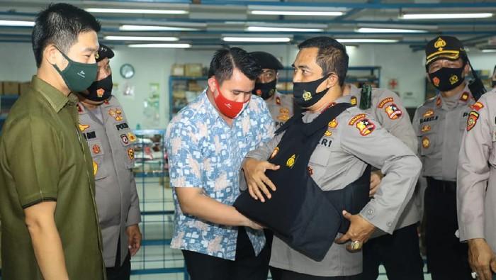 Kepala Badan Pemelihara Keamanan (Kabaharkam) Polri, Komjen Agus Andrianto, membeli 3.000 rompi antipeluru buatan dalam negeri.