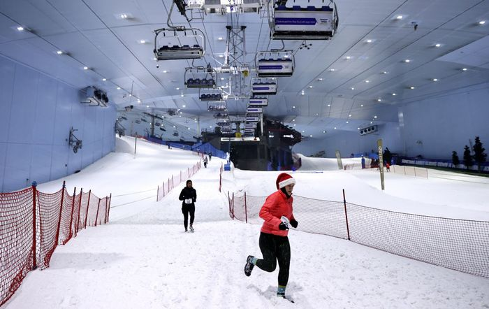 DUBAI, UNITED ARAB EMIRATES - AUGUST 14:Runners compete in the DXB Snow Run during DXB Snow Week at Ski Dubai on August 14, 2020 in Dubai, United Arab Emirates. (Photo by Francois Nel/Getty Images)