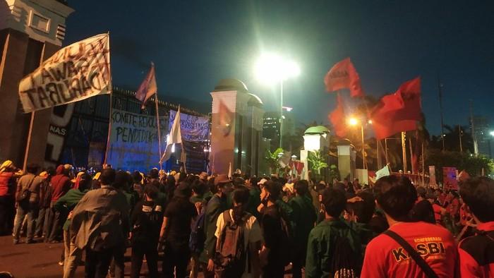 Masa demonstrasi tolak omnibus law bergerak ke depan gedung DPR.