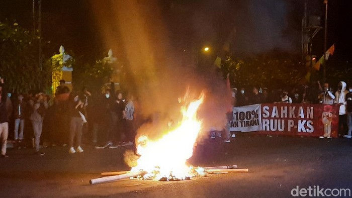 Massa aksi blokir jalan simpang tiga UIN Yogya dan bakar ban, Jumat (14/8/2020).
