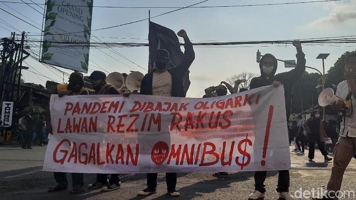 Massa aksi Gejayan Memanggil tolak Omnibus Law di simpang tiga Gejayan, Jumat (14/8/2020).