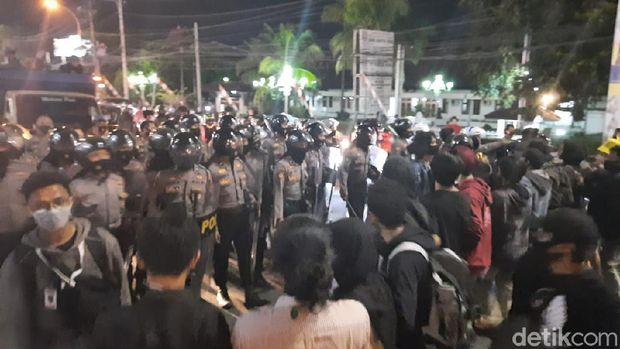 Massa Gejayan Memanggil bersitegang dengan warga di simpang tiga UIN Sunan Kalijaga, Sleman, DI Yogyakarta, Jumat (14/8/2020).