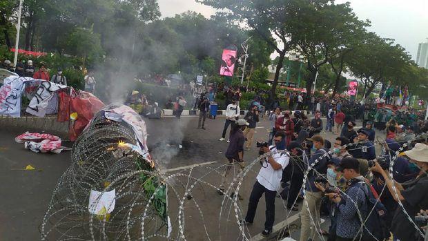 Massa Mahasiswa Bakar Ban di Jalan Gerbang Pemuda, Jakpus