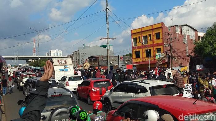 Massa tolak omnibus law berunjuk rasa di depan Gedung DPRD Sulsel (Hermawan-detikcom).