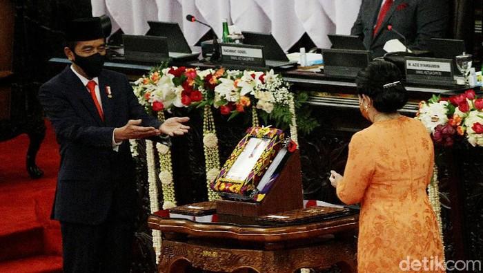 Presiden Joko Widodo menyerahkan RUU tentang APBN tahun anggaran 2021 beserta nota keuangan dan dokumen pendukungnya kepada Ketua DPR Puan Maharani.