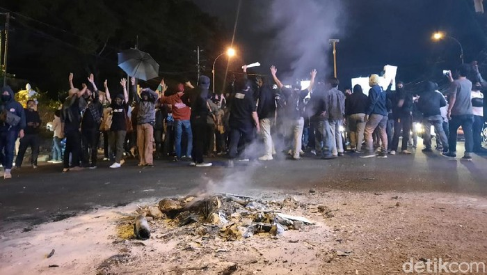 Massa aksi Gejayan Memanggil yang sempat memblokir simpang tiga UIN Sunan Kalijaga akhirnya membubarkan diri usai bersitegang dengan warga.