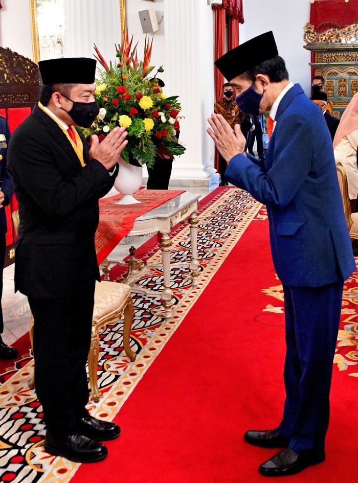 Direktur Utama Telkom Ririek Adriansyah (kiri) saat menerima penghargaan Bintang Jasa Nararya yang diserahkan langsung oleh Presiden Republik Indonesia, Joko Widodo (kanan) di Jakarta.