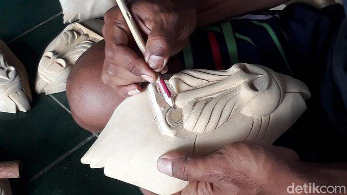 Pengrajin di desa topeng Bobung, Yogyakarta beralih profesi karena COVID-19.