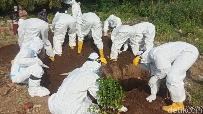 Petugas Tutup Makam Pasien Diduga COVID-19 Pakai Tangan