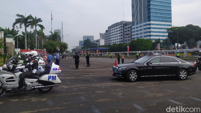 Polisi jaga jalan sekitar gedung DPR