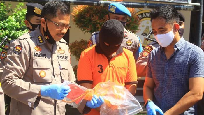 Polisi mengungkap misteri kematian mahasiswi S2 yang jasadnya ditemukan tergantung di ventilasi rumah di NTB.