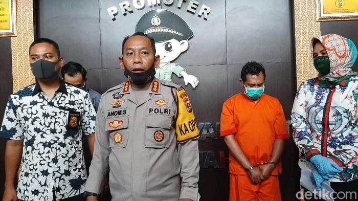 Polisi saat melakukan rilis kasus dosen seks oral dengan anak jalanan di Mapolrestabes Palembang (Raja Adil Siregar/detikcom)