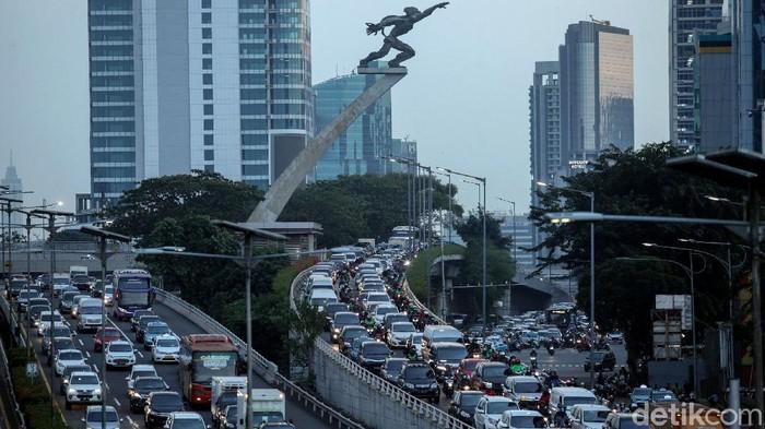 Antrean panjang kendaraan terlihat di Jalan Gatot Subroto, Jakarta. Kemacetan tersebut terjadi di beberapa titik di saat jam pulang kerja. Berikut penampakannya