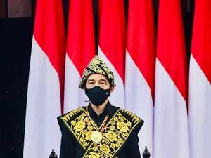11 Gaya Jokowi Berbaju Adat, Ada yang Jadi Kontroversi