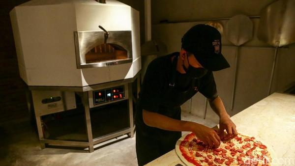 Shotgun Social juga menyediakan menu pizza yang terinspirasi dari New York City dengan menggunakan kayu bakar dan berbagai menu makanan yang familiar di lidah masyarakat lokal dan warga asing.