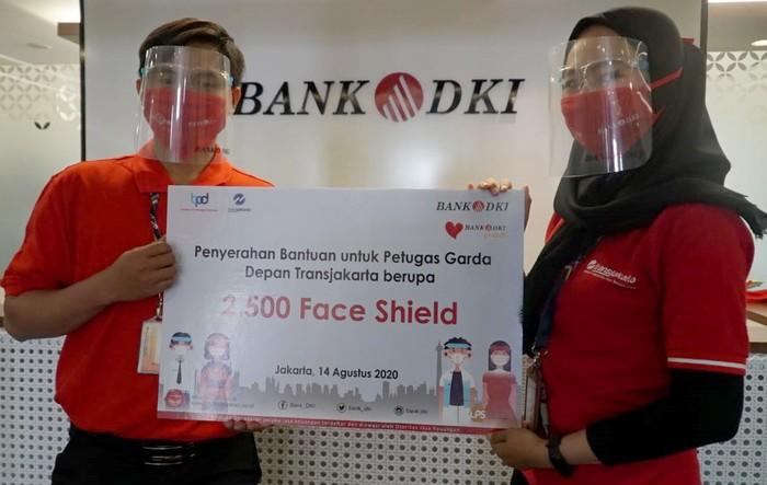 Bank DKI menyerahkan bantuan APD berupa 2.500 face shield untuk petugas garda depan Transjakarta sebagai bentuk komitmen pencegahan COVID-19 dan sinergi BUMD.